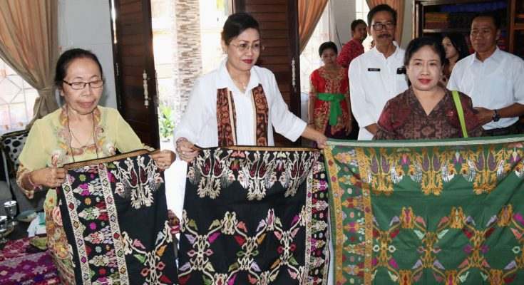 Ny Putri Suastini Koster (tengah) dalam Kunjungan Dekranasda Provinsi Bali ke Loka Madya Kabupaten Karangasem