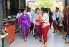 Wakil Ketua Dekranasda Provinsi Bali, Ny. Tjok Putri Haryani Ardhana Sukawati (berkebaya ungu), beserta Tim Dekranasda Provinsi Bali dalam kunjungannya ke Sri Widhi, Klungkung
